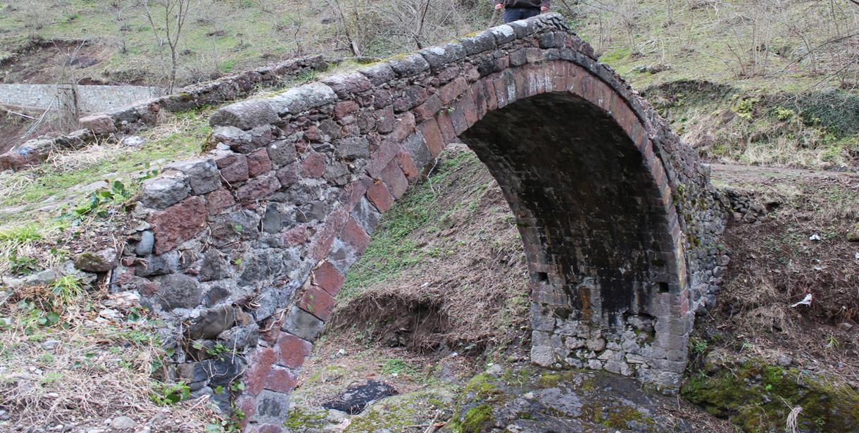 Görele'deki tarihi köprü ilgi bekliyor
